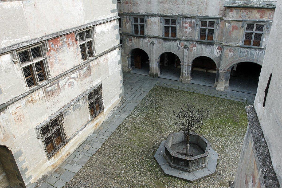 Il-cortile-del-castello-di-Issogne-con-la-Fontana-del-Melograno